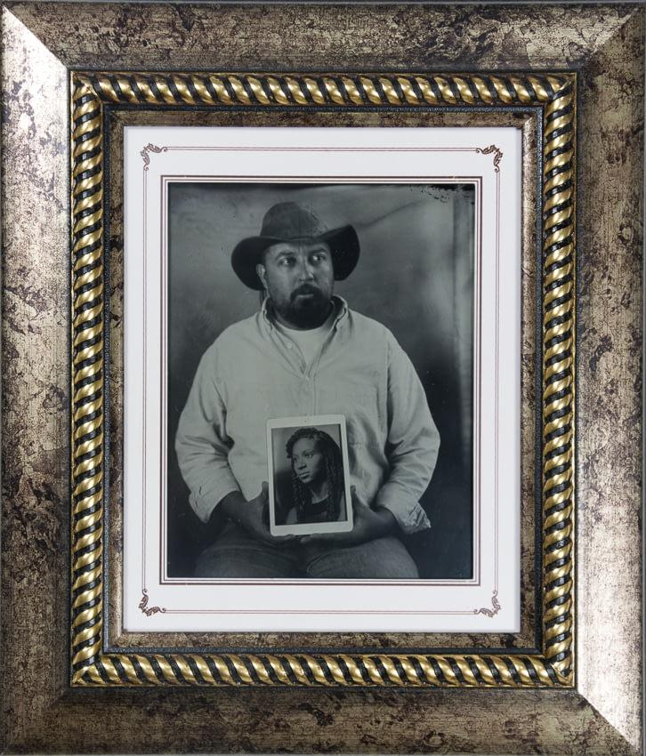 Retrato en ambrotipo de hombre sosteniendo el retrato de su amada