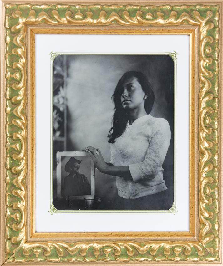 Retrato en ambrotipo de mujer sosteniendo el retrato de su amado