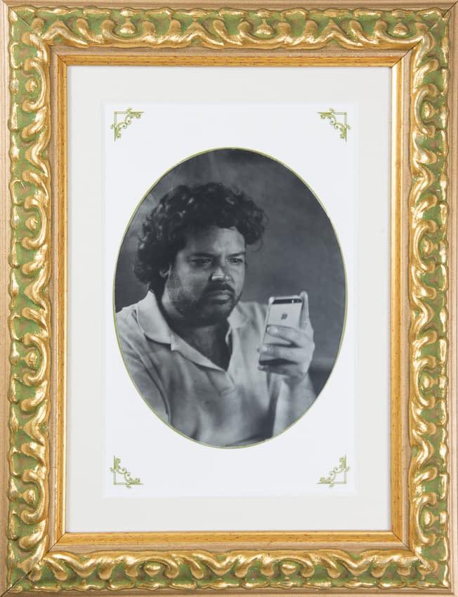 Retrato en ambrotipo de joven mirando su celular