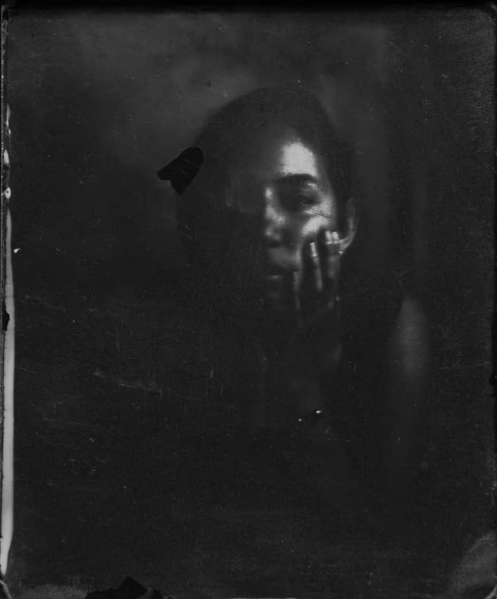 Retratos en colodión húmedo que se desvanecen con el tiempo y pierden la memoria de lo que contienen